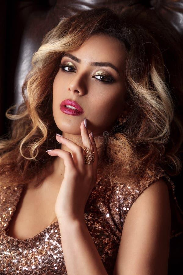 Modeporträt der jungen schönen afroen-amerikanisch Frau mit Schmuck und Glättungsmake-up stockbilder