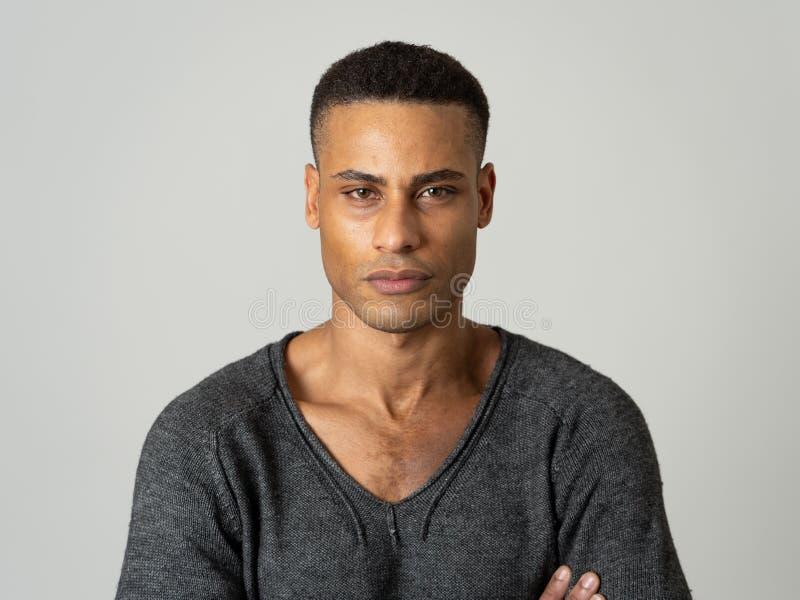 Modeporträt der männlichen Modellaufstellung des attraktiven Afroamerikaners glücklich und sexy für die Kamera stockfoto