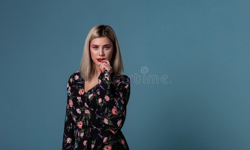 Modeporträt der schönen jungen Frau in einem Sommerkleid lizenzfreies stockbild