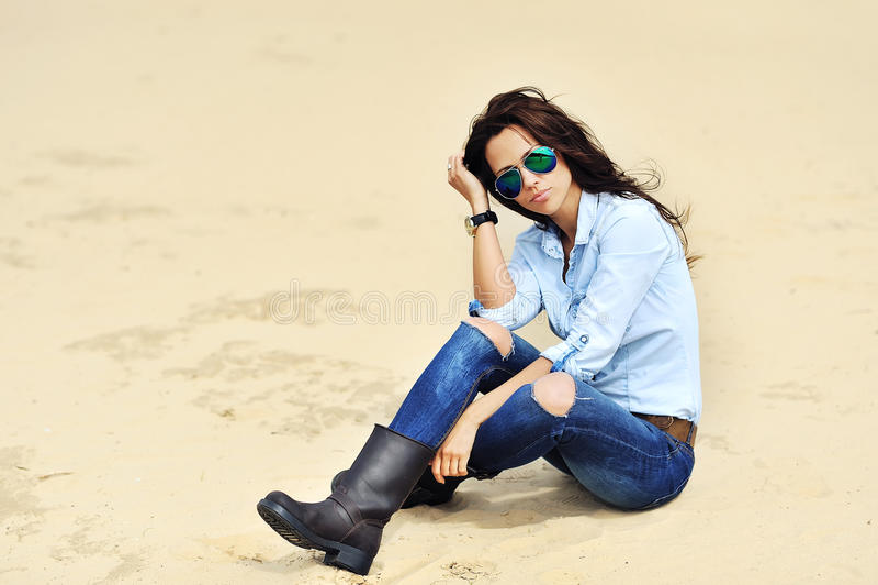 Modeporträt der Schönheit in der Sonnenbrille stockbilder