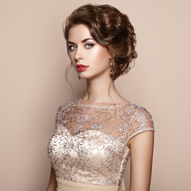 Modeporträt der Schönheit im eleganten Kleid lizenzfreie stockfotografie