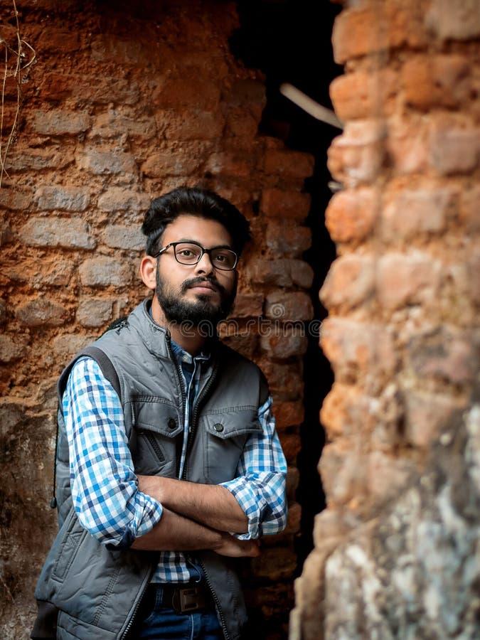Modeporträt des bärtigen Kerls auf der Front des alten buildingTAKI RAJBARI lizenzfreie stockfotos