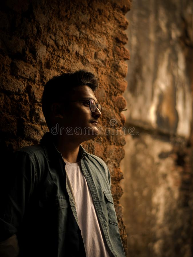 Modeporträt des indischen Kerls auf der Front des alten buildingTAKI RAJBARI stockfotos