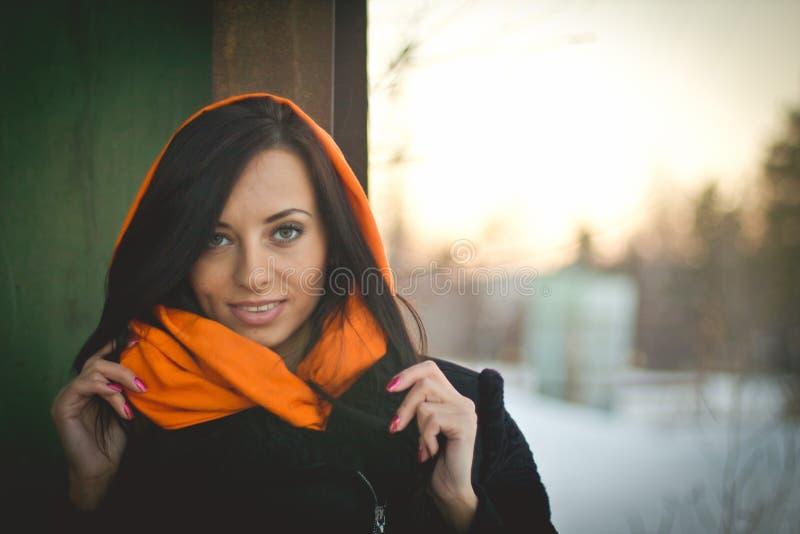 Modeporträt des jungen moslemischen tragenden hijab stockbild