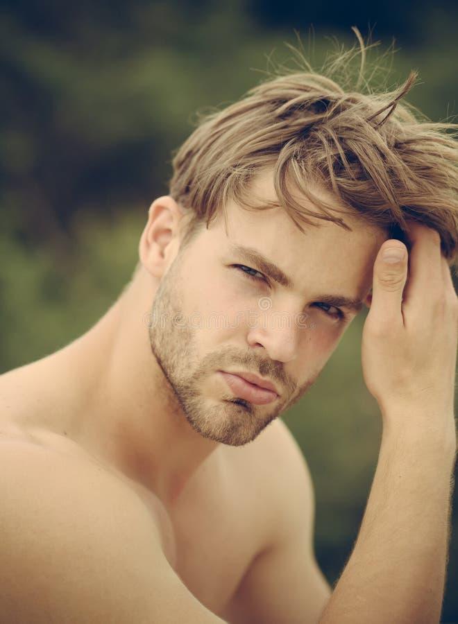 Modeporträt des Mannes Haar und Hautpflege Bärtiger Mann Macho mit dem muskulösen Mann des nackten Kastens im Freien Durchdacht lizenzfreie stockfotos