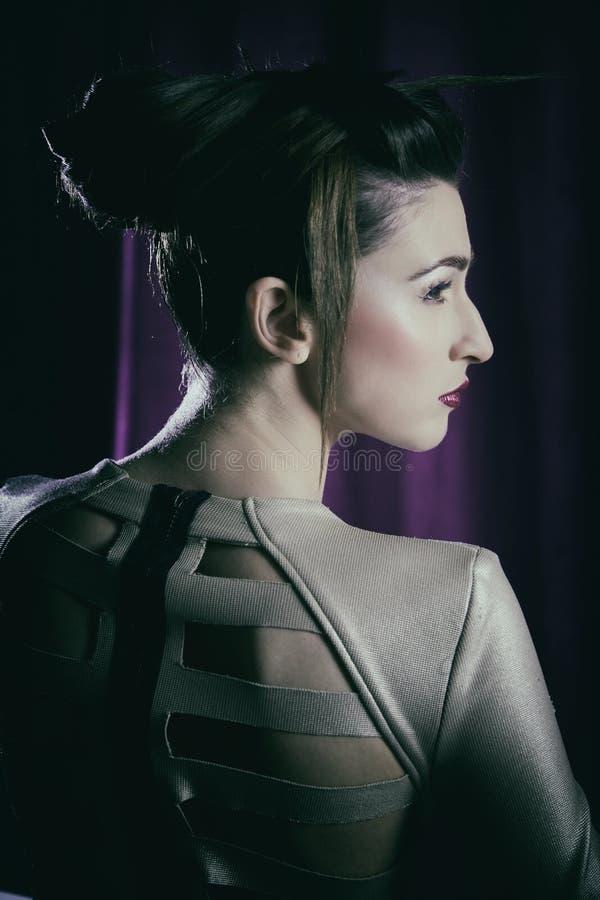 Modeporträt des Modells mit erstaunlichem verrücktem Make-up und Haar tun in der Dunkelheit stockbild