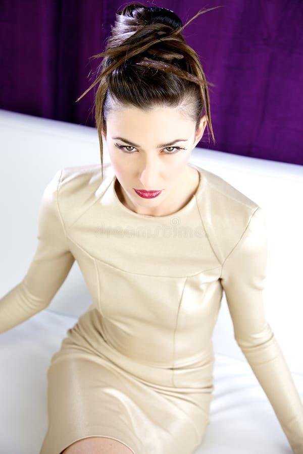 Modeporträt des Modells mit erstaunlichem verrücktem Make-up und Haar tun Zukunftsromane stockfotos