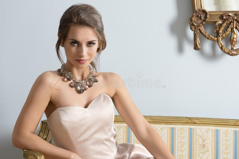 Modeporträt des reichen Mädchens stockbild