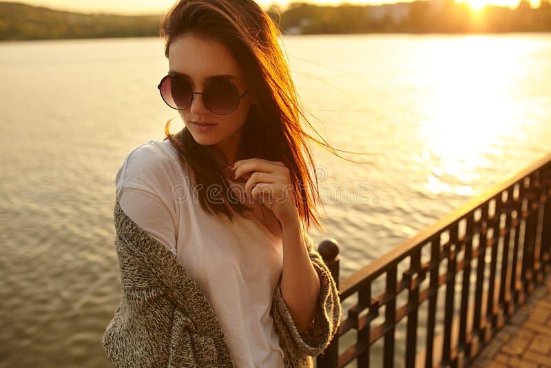 Modeporträt des Sommers im Freien des jungen schönen Mädchens lizenzfreies stockbild