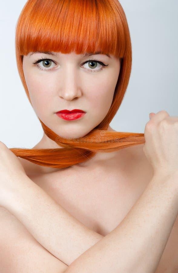 Modeporträt einer rothaarigen Frau stockfotos
