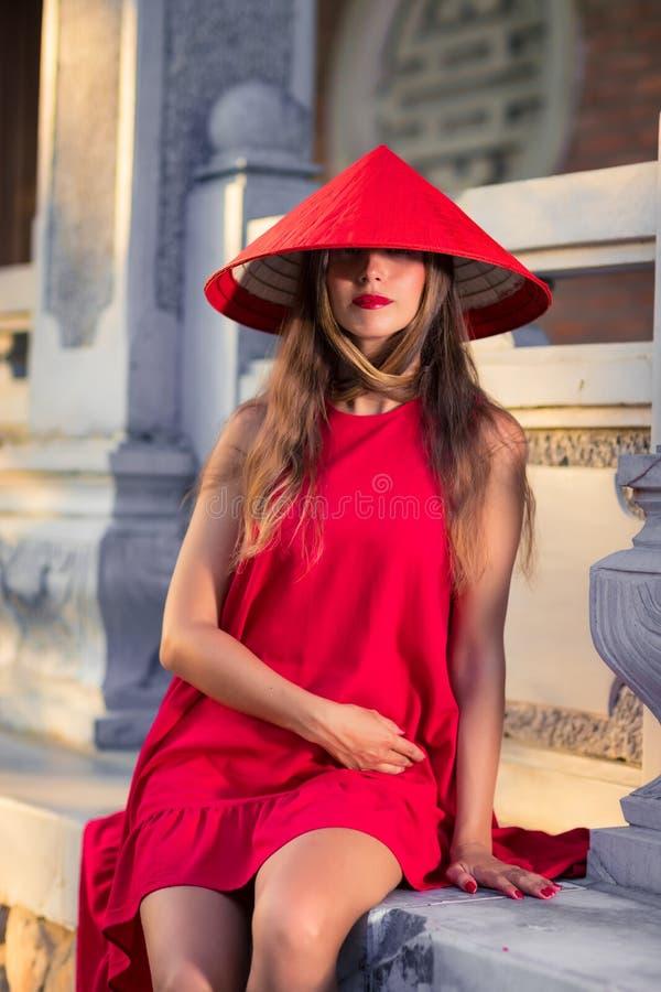 Modeporträt einer schönen Frau in rotem Hut stockbild