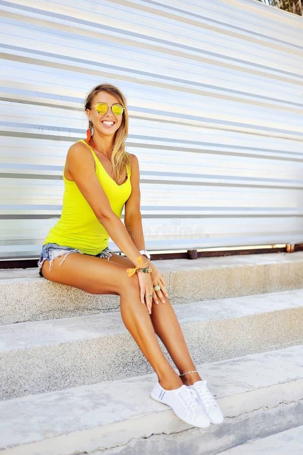 Modeporträt einer schönen jungen sexy Frau im Sommerkleid stockfotografie