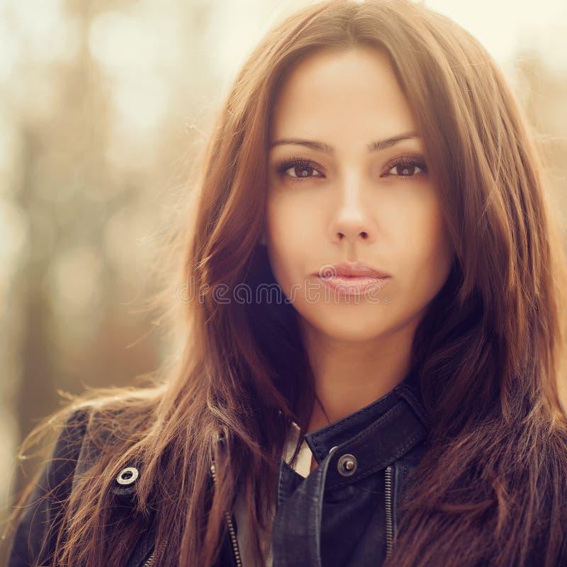 Modeporträt im Freien der jungen Schönheit - nahes hohes lizenzfreie stockbilder