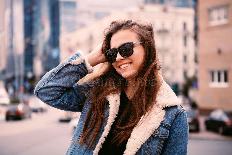 Modeporträt im Freien der stilvollen jungen Frau, die Spaß, emotionales Gesicht, Lachen, Kamera betrachtend hat Städtische Stadts lizenzfreies stockfoto