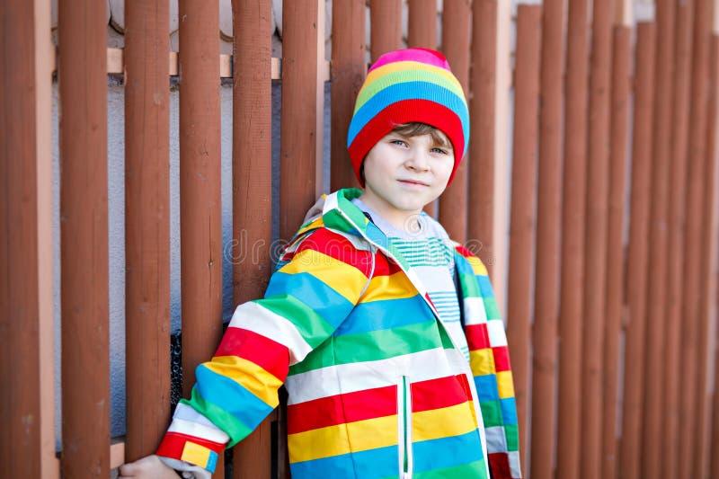 Modeporträt im Freien des entzückenden Kleinkindjungen, der bunte Kleidung trägt Frühlings-, Sommer- oder Herbstmode für Jungen lizenzfreie stockbilder