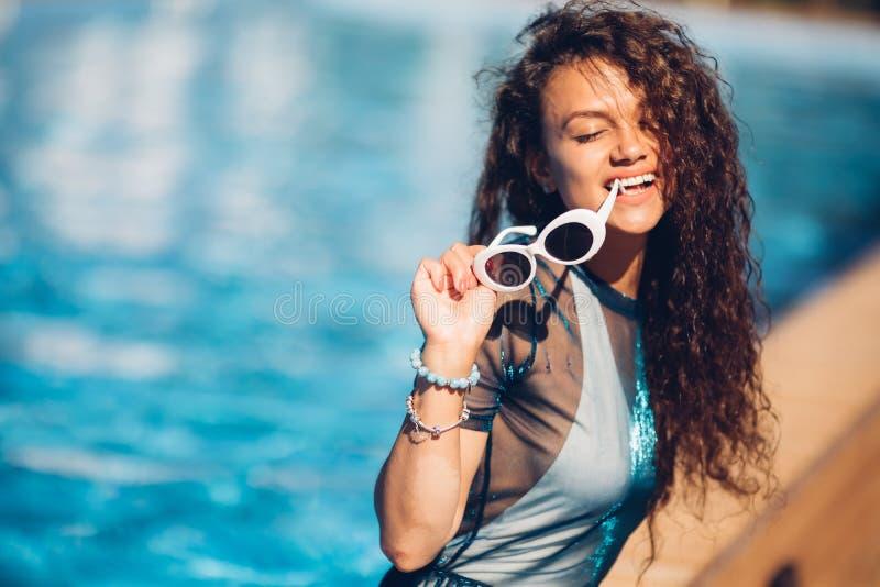 Modeporträt im Freien von Zauberdame ihre Ferien auf Luxuspool auf heißer Tropeninsel, heißes Sommermode-accessoire genießend, stockbilder