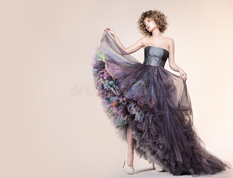 Modeporträt mit freiem Raum Junge Frau in einem schönen Kleid lizenzfreie stockbilder