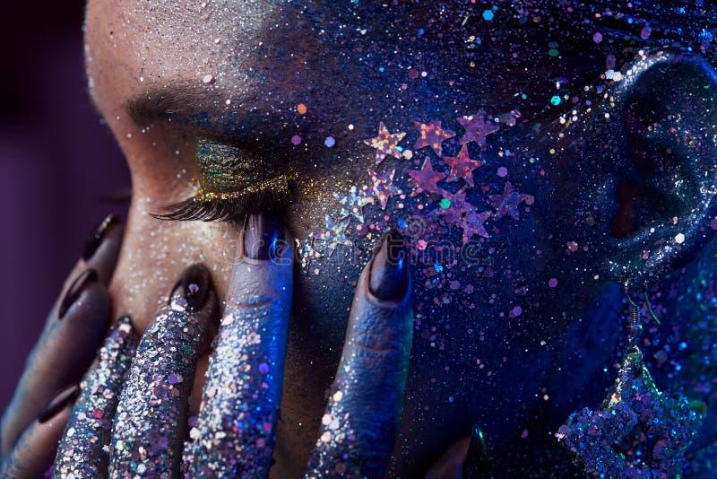 Modeporträt mit kreativem bilden und stellen Kunst gegenüber lizenzfreie stockfotos