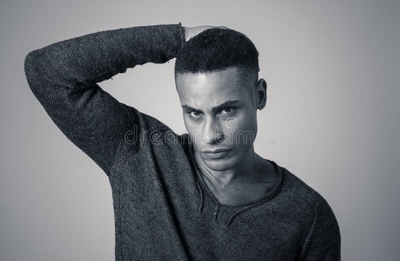 Modeportr?t der m?nnlichen Modellaufstellung des attraktiven Afroamerikaners gl?cklich und sexy f?r die Kamera lizenzfreie stockfotografie