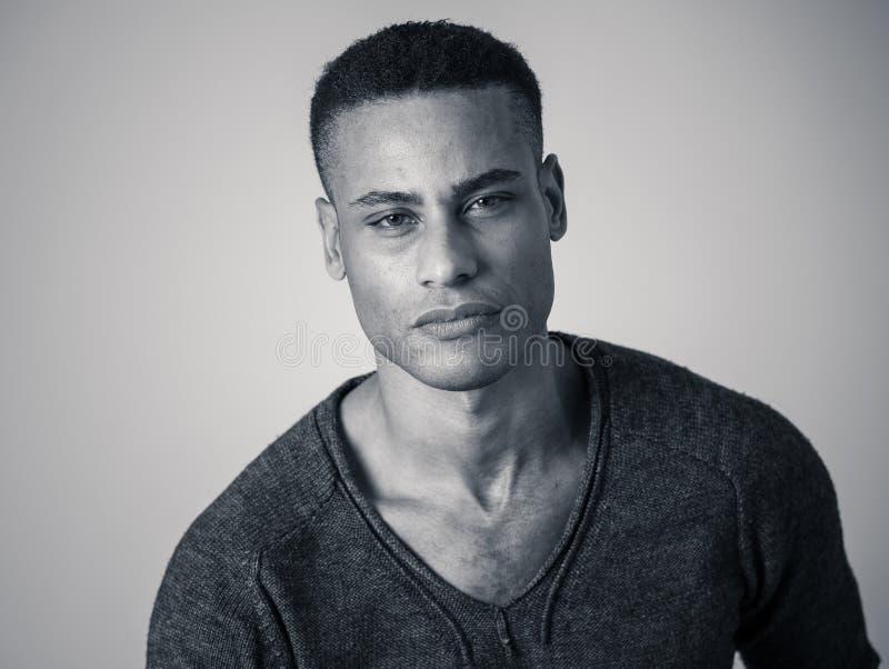 Modeportr?t der m?nnlichen Modellaufstellung des attraktiven Afroamerikaners gl?cklich und sexy f?r die Kamera stockbild