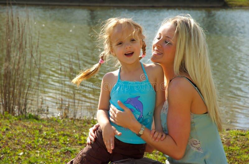 moder för 2 dotter arkivbilder