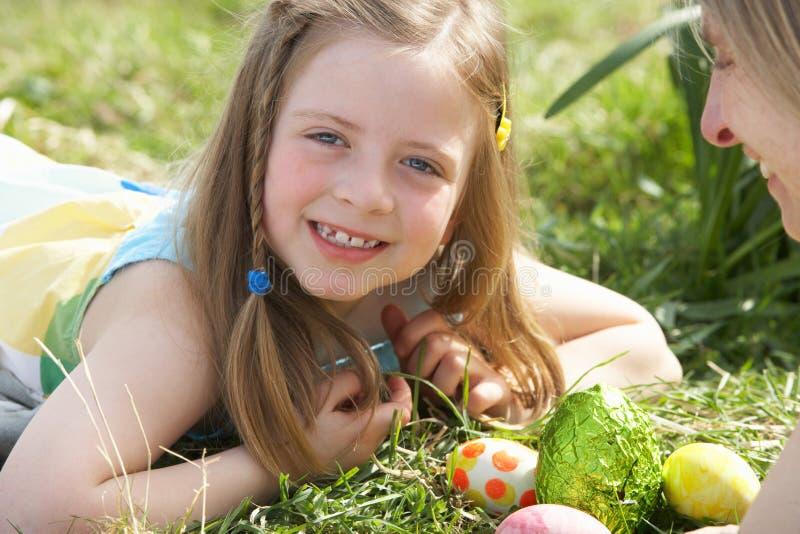 moder för jakt för dottereaster ägg royaltyfri foto