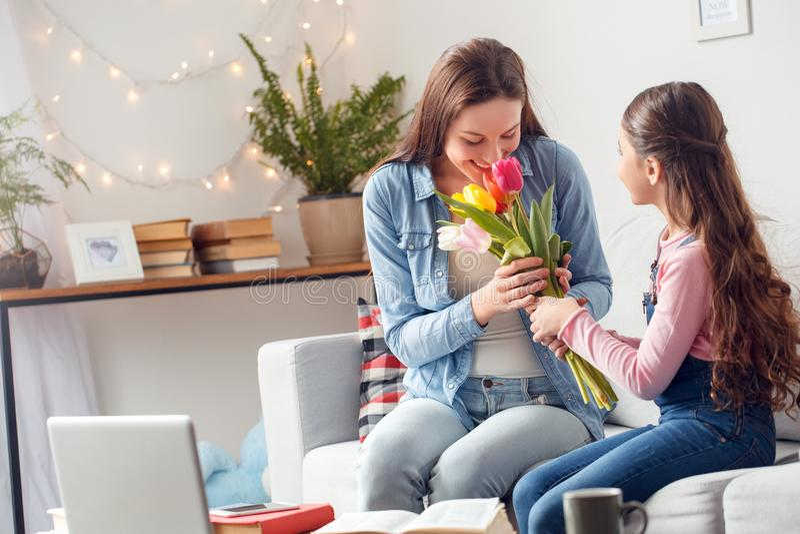 Moder för sammanträde för dag för ` s för moder som och för dotter hemma moderluktar blommadottergåvan arkivfoto