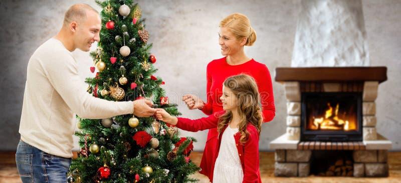 Moder, fader och dotter på julträdet arkivfoton