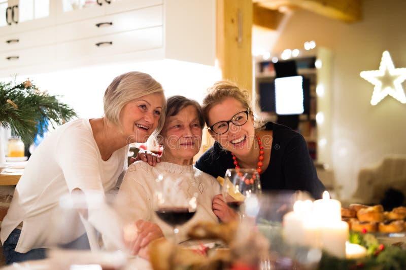 Moder, farmor och dotter som firar jul arkivfoton