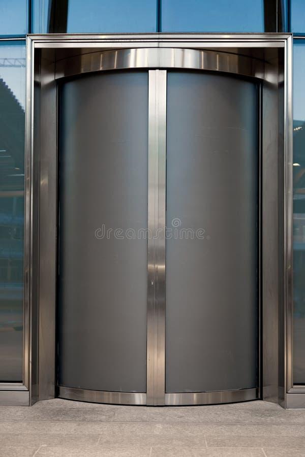 Moder hänrycker dörren eller hissen arkivfoton