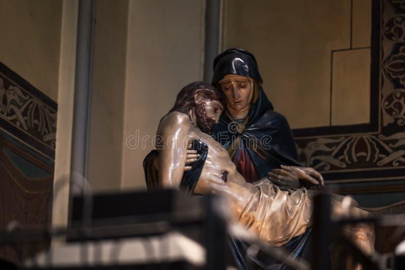 Moder Mary som rymmer Jesus Christ royaltyfria bilder