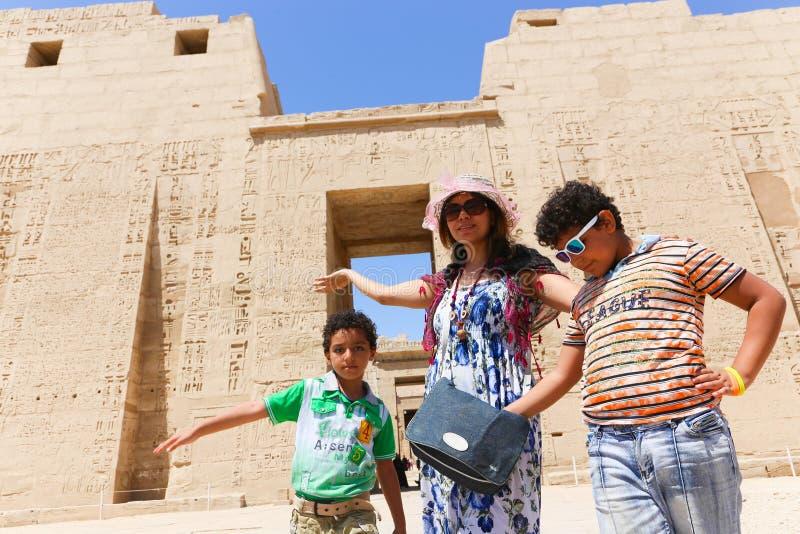 Moder med barn på templet - Egypten royaltyfri foto