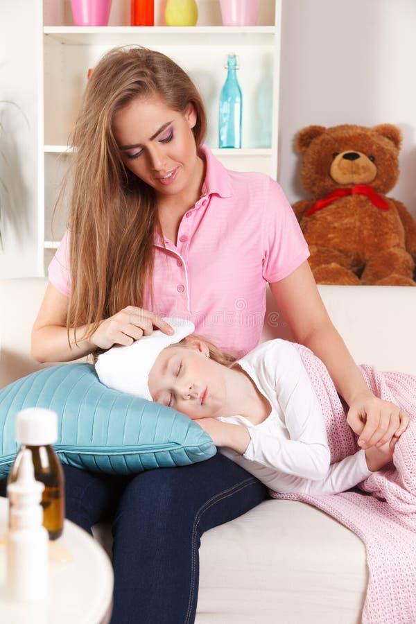 Moder med dåligt barnet arkivbild