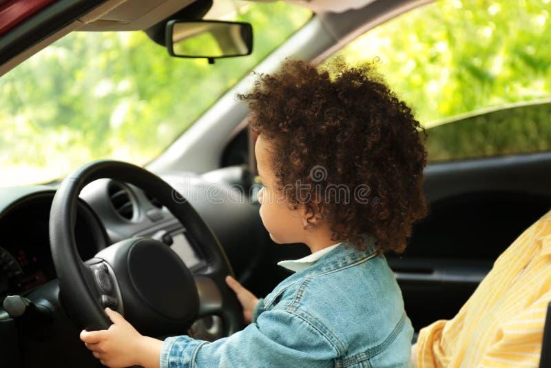 Moder med den gulliga lilla dottern som tillsammans kör bilen arkivbilder