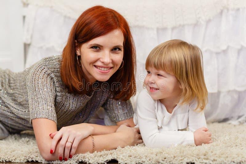 Moder med den lilla dottern royaltyfri bild