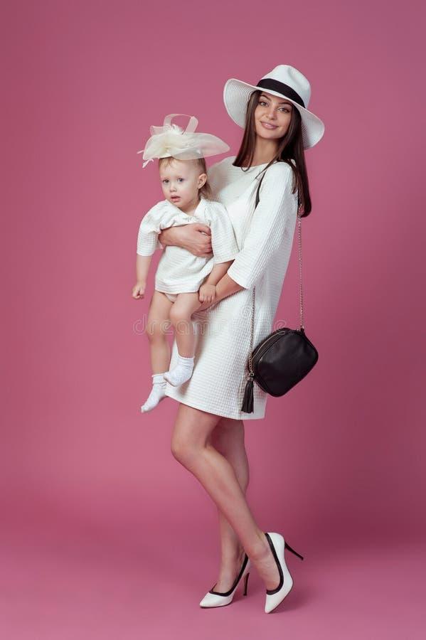 Moder med det lyckliga tillsammans ståendebarnet för dotter royaltyfri fotografi