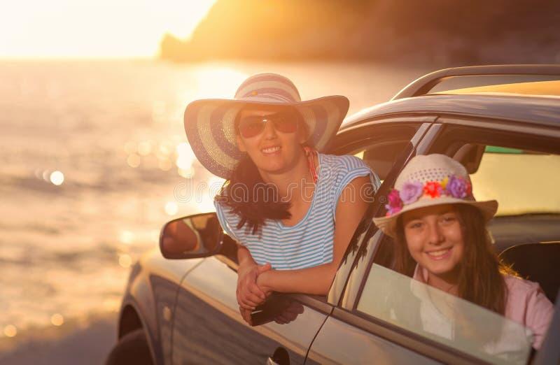 Moder med dotterlopp med bilen på sommarsemester fotografering för bildbyråer