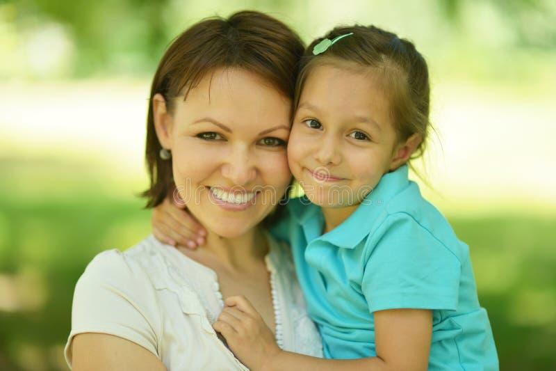 Moder med dottern i sommar royaltyfri fotografi