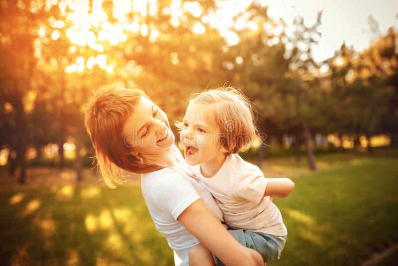Moder med dottern i trän royaltyfri fotografi