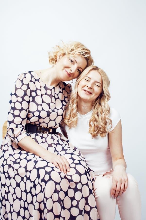 Moder med dottern som poserar tillsammans lyckligt le som isoleras på w fotografering för bildbyråer