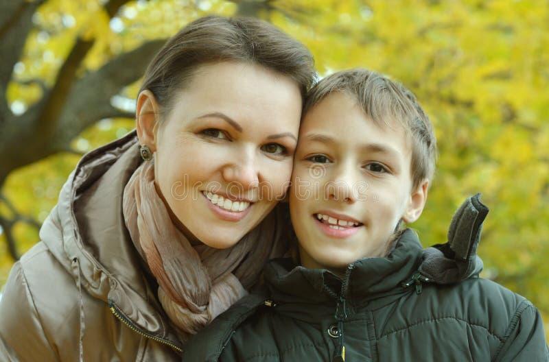 Moder med en pojke arkivbilder