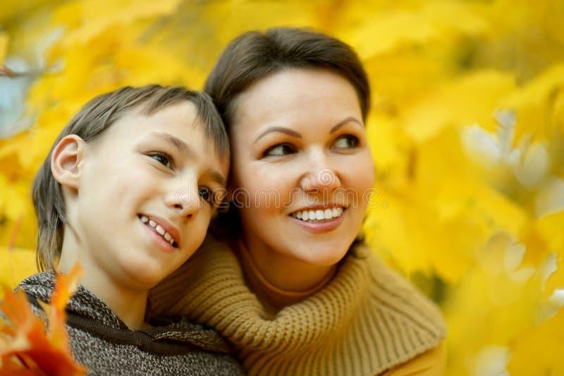 Moder med en pojke royaltyfri fotografi