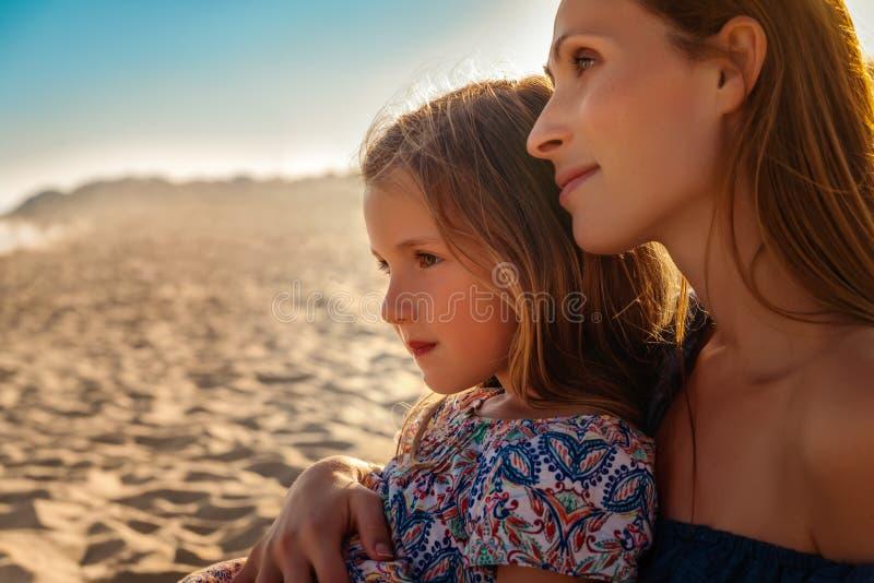 Moder med flickaklockasolnedgång arkivbilder