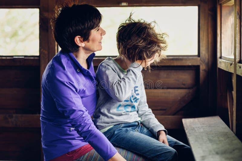 Moder med hennes åriga dotter som sju skrattar i en kabin i bygden royaltyfria bilder