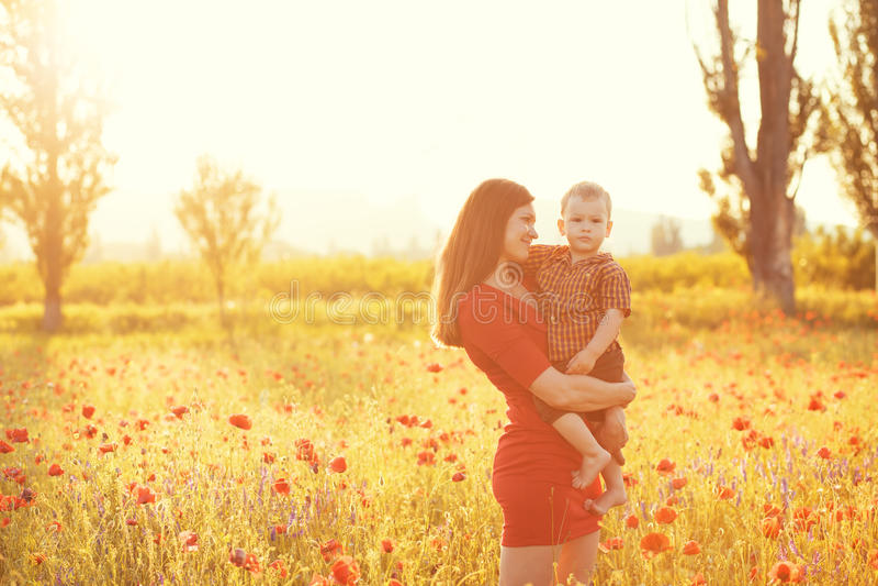 Moder med hennes barn i solljus arkivfoto
