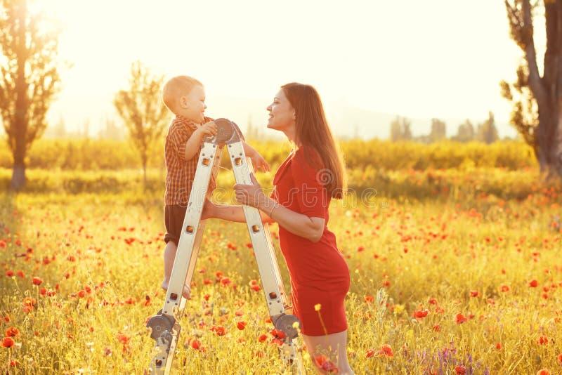 Moder med hennes barn i solljus fotografering för bildbyråer
