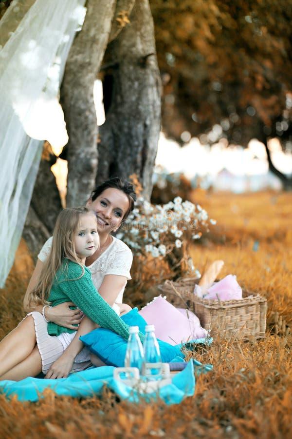 Moder med hennes dotter på en picknick royaltyfri foto