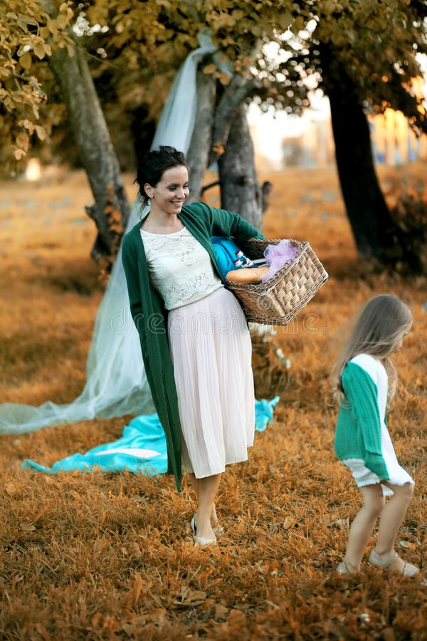 Moder med hennes dotter på en picknick arkivbild