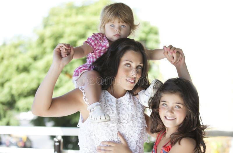 Moder med hennes härliga döttrar royaltyfri bild