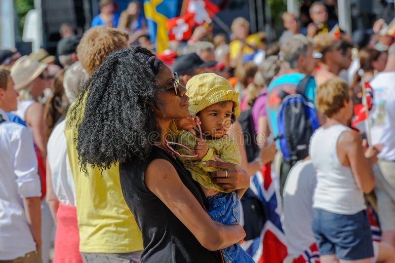 Moder med hennes hållande ögonen på sportar för barn på världen som orienterar mästerskap i Lausanne, Schweiz royaltyfria bilder